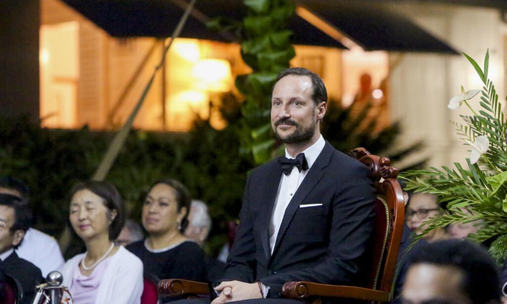 RUNDTUR: Kronprins Haakon blir underholdt av tradisjonell dans i forkant av en offentlig middag sammen med kong Tupou VI og dronning Nanasipau'u. Foto: Karen Setten / NTB scanpix