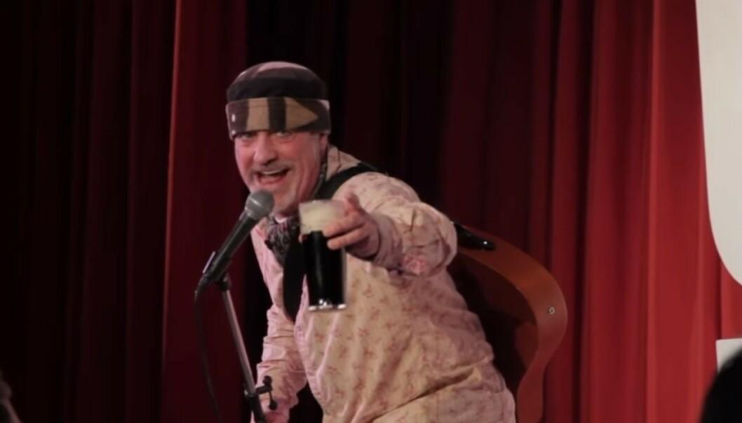 DØDE PÅ SCENEN: Den britiske komikeren Ian Cognito døde på scenen sist torsdag. Foto: Ian Cognito / Youtube