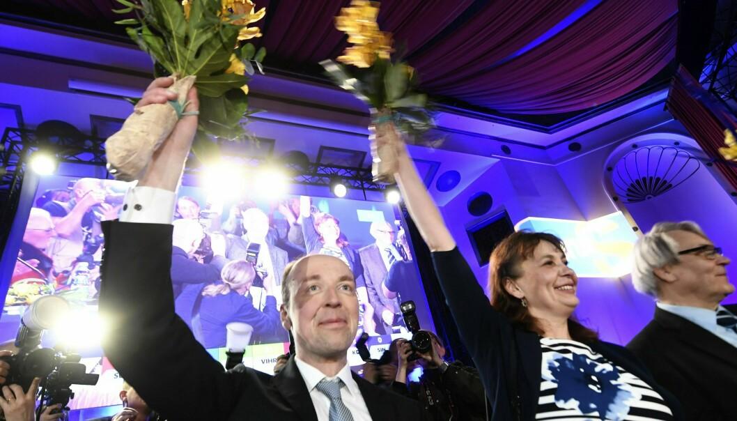 Sannfinnenes leder Jussi Halla-aho (til venstre) har gjort en svært god valgkamp. Her feirer han på valgvake i Helsingfors Foto: Lehtikuva via AP / NTB scanpix