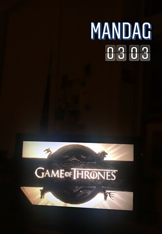 <strong>VENTETIDEN ER OVER:</strong> KKs selvutnevnte GOT-geek satt benket foran TV-skjermen da første episode av sesong 8 rullet over skjermen natt til mandag 15. april. FOTO: Malini Gaare Bjørnstad