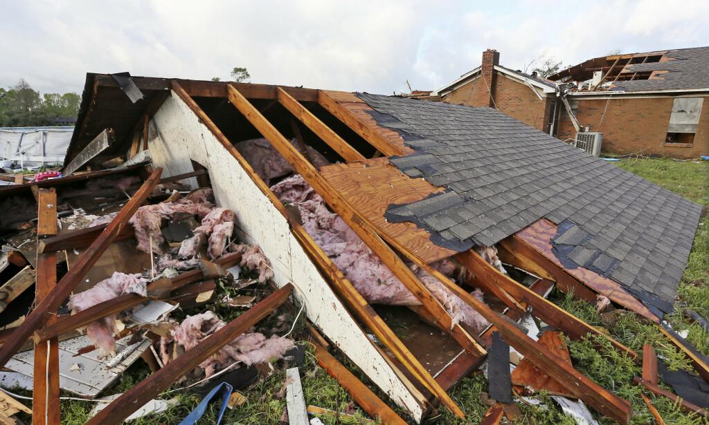 TORNADO: Taket er blåst rett av et hus i en av tornadoene som feide over Hamilton i Mississippi lørdag. Uværet beveger seg videre over USA. Foto: Jim Lytle / AP / NTB scanpix