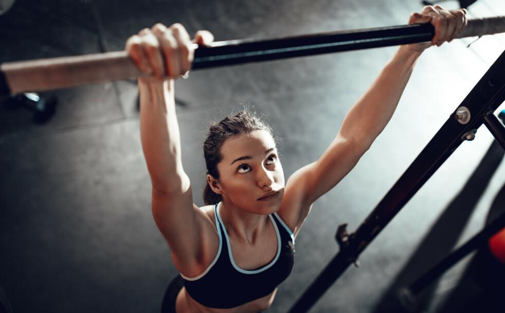 PULL-UPS: Ja, det er mulig. Med litt tålmodighet og sytematisk styrketrening kan du også henge i stanga! FOTO: NTB Scanpix