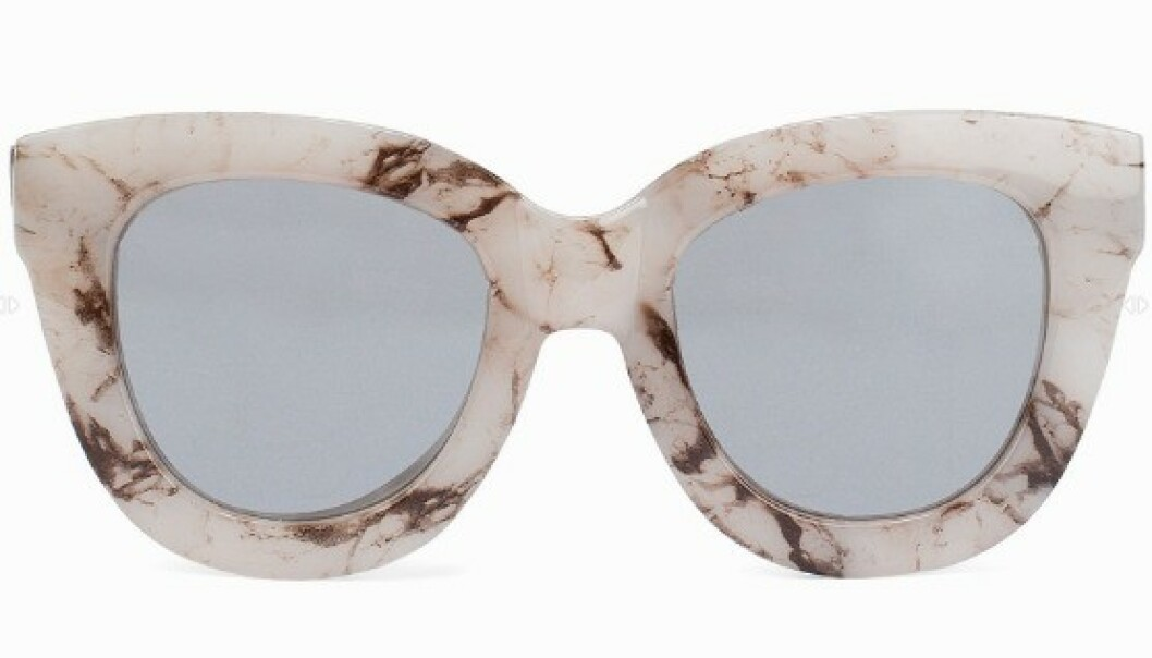 STORE SOLBRILLER: Styr unna denne formen dersom du har et rundt ansikt. Har du en oval ansiktsform derimot, er dette solbrillen for deg. Foto: Nelly.com