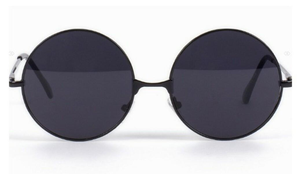 RUNDE SOLBRILLER: Har du et langt ansikt, kan du absolutt kle disse brillene! Det er også en form som heter panto, som fortsatt er ganske rund, men flates litt ut på toppen. Foto: Nelly.com