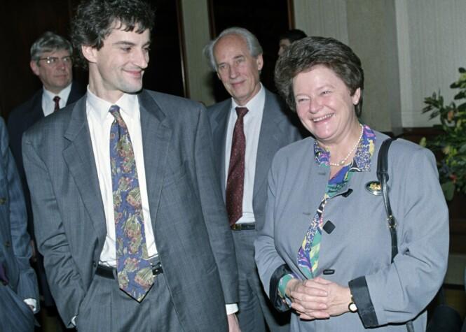 EN INSPIRASJON: Jonas Gahr Støre sier til KK at Gro Harlem Brundtlands politiske teft var mye av grunnen til at han meldte seg inn i Arbeiderpartiet. Dette bildet er tatt av jubilanten Gro og daværende EF-rådgiver Jonas Gahr Støre i London i 1992. FOTO: NTB Scanpix