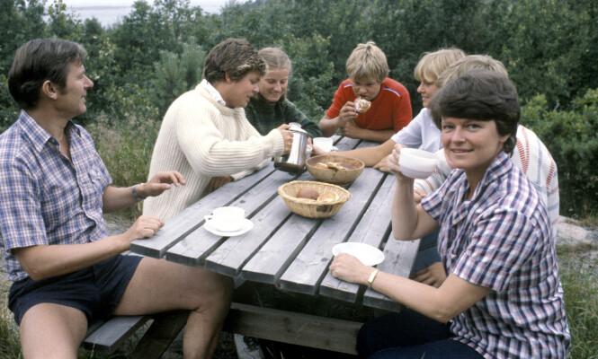 FIREBARNSMOR: Gro Harlem Brundtland og ektemannen Arne Olav Brundtland har til sammen fire barn. Her fra en hytteferie i juli 1981. Fra venstre: Arne Olav, Knut (19), Gros lillesøster Hanne Harlem (16), Jørgen (14), Kaja (17), Ivar (15) og Gro. FOTO: NTB Scanpix