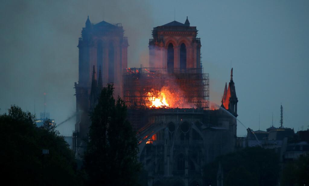 HÅPER STEINHVELVET STÅR: Thomas Thiis-Evensen håper katedralens steinhvelv står etter brannen. Foto: Charles Platiau / Reuters / NTB Scanpix