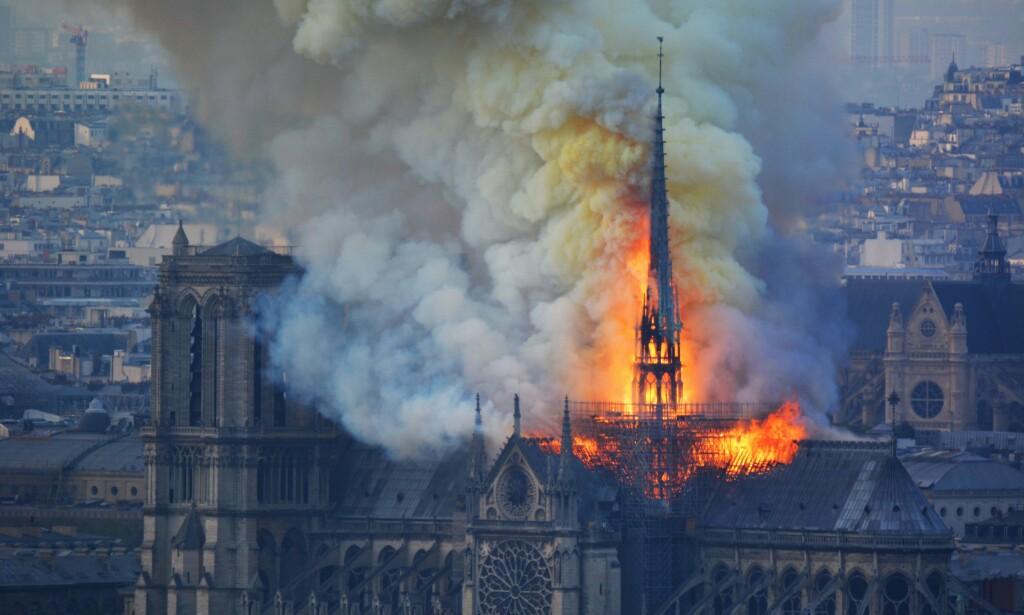 STORE SKADER: Taket fra 1700-tallet har fått store skader, og basilikaens hovedspir har falt. Foto: Hubert Hitier / AFP / NTB Scanpix