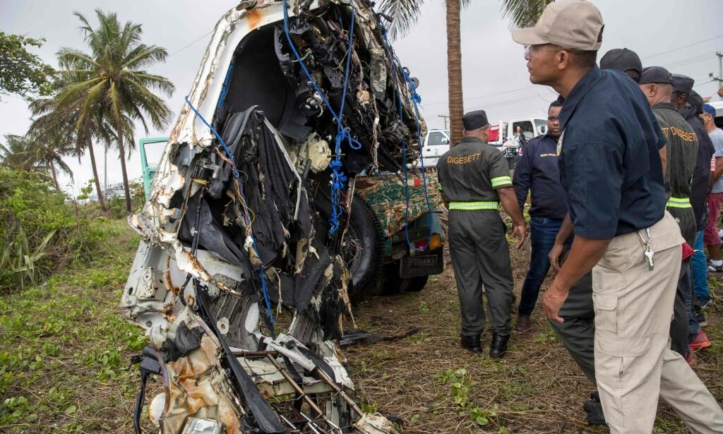 TOTALVRAK: Dominikanske myndigheter undersøker vraket av leiebilen hentet opp fra havet som ble leid av paret som ble meldt savnet i slutten av mars. Foto: AFP / NTB Scanpix