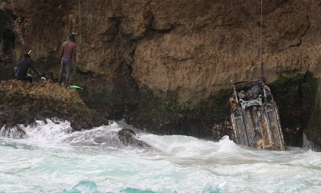 LETEAKSJON: Dykkere hjalp til i søket etter den savnede bilen. Foto: Reuters / NTB Scanpix