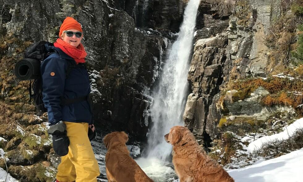 FIKK BOT: Anne Kristin Irgens fikk forelegg på 4000 på hver av hundene sine fra politiet i Innlandet. Nå har saken tatt en ny vending. Foto: Privat