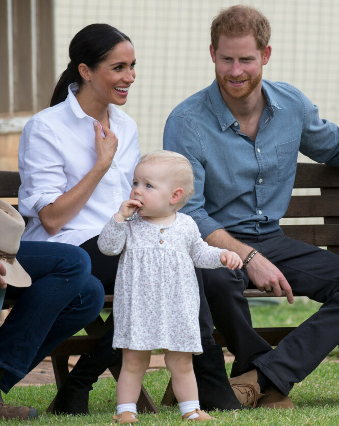 SNART BLIR DE FORELDRE: Prins Harry og hertuginne Meghan har alltid vært opptatt av barns ve og vel. Her med en søt liten jente i Australia høsten 2018 - da hadde det akkurat blitt kjent at hertuginne Meghan venter sitt første barn. Terminen er satt til april/mai. FOTO: NTB Scanpix