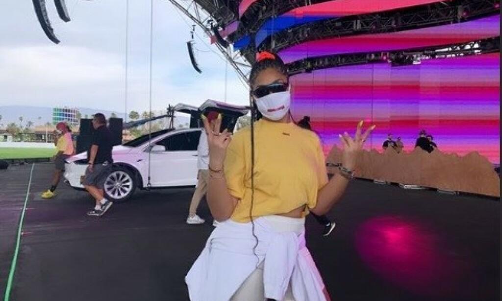 MUNNBIND: Jordyn Woods bar også munnbind under Coachella-festivalen, hvor hun blant annet dukket opp på scenen sammen med artisten Jaden Smith. Skjermdump/Instagram