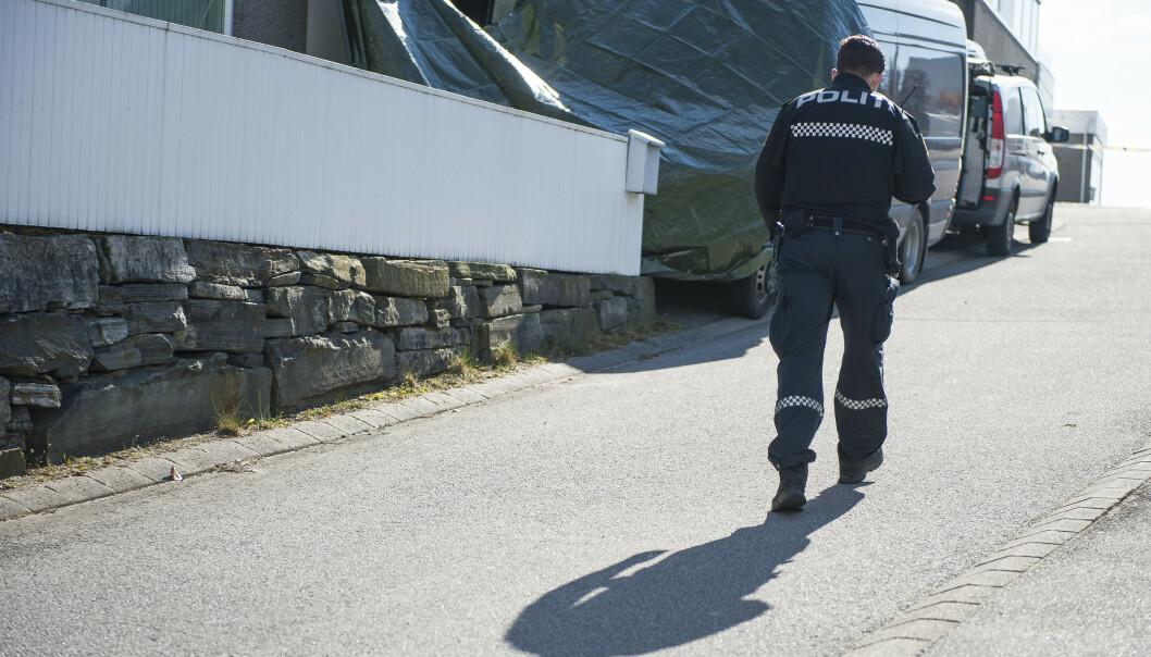 FANT EKSPLOSIVER: Politiet og bombegruppa jobber ved en bolig på Sola. Foto: Carina Johansen / NTB Scanpix