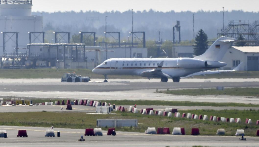VEL NEDE: Bombardier Global 5000-maskinen taues over rullebanen etter å ha landet trygt. Foto: Paul Zinken / DPA / AP / NTB Scanpix