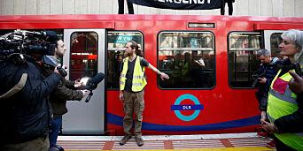 image: Skaper kaos i London. Demonstrantene bruker lim-triks