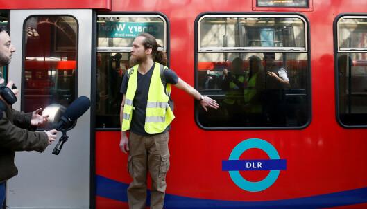 Skaper kaos i London. Demonstrantene bruker lim-triks