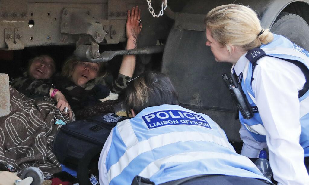 image: Miljøaktivister i London limte seg fast til togvogner
