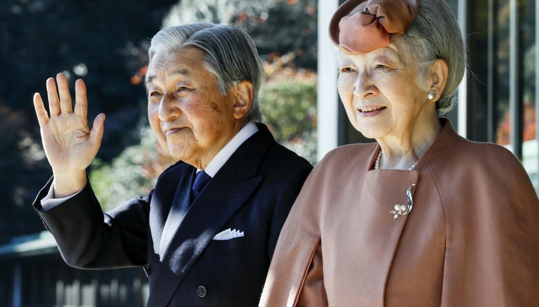 GÅR AV: Ingen Japansk keiser har abdisert på over to hundre år. Nå skjer det, nærmere bestemt den 30. april. Her er keiser Akihito og kona, keiserinne Michiko, avbildet i Tokyo i 2017. Foto: NTB Scanpix