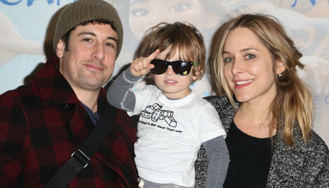 HAVNET PÅ SYKEHUS: Skuespiller Jason Biggs og kona Jenny Mollen opplevde alle foreldres mareritt, da sistnevnte mistet sønnen på hodet og forårsaket brudd i skallen. Her er de avbildet i 2016. Foto: NTB Scanpix