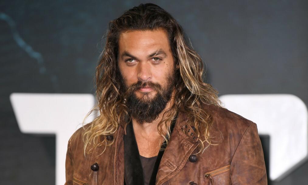 KARAKTERISTISK: Jason Momoa har hatt den samme stilen siden 2012, med langt hår og kraftig skjegg. Nå er skjegget borte. Foto: NTB Scanpix