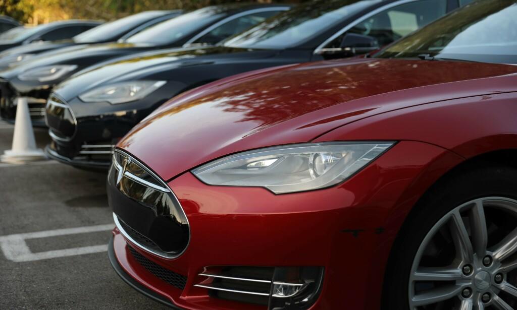 TESLA: En studie fra det anerkjente Ifo-instituttet i Tyskland hevder at elbiler har høyere utslipp enn dieseldrevne biler. Stemmer dette? Foto: AFP / NTB Scanpix