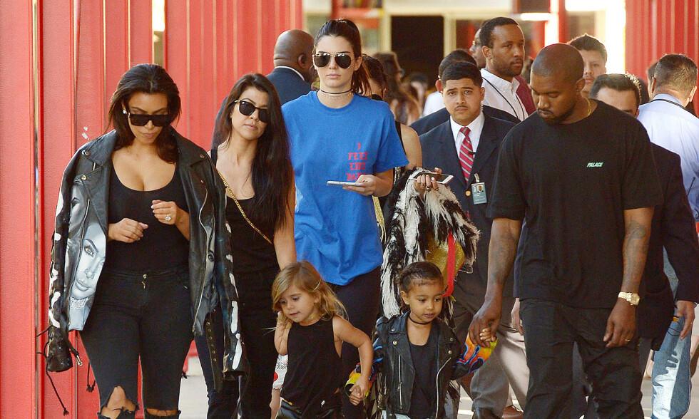 ANNERLEDES: Kendall Jenner (bak) innrømmer at hun sammenligner seg selv med sine berømte søstre. Foto: NTB Scanpix