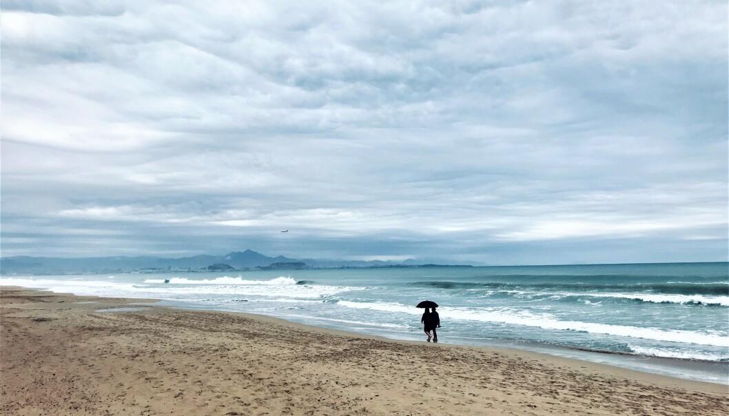 LOS ARNALES: På stranda Los Arnales rett utenfor Alicante var det nokså folketomt på formiddagen Langredag. Foto: Svend Aage Madsen