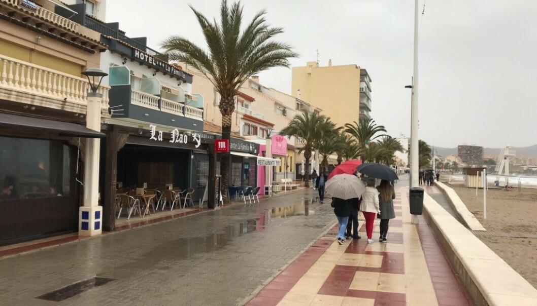 PARAPLYFØRING: På El Campello litt nord for Alicante var strandpromenaden Langfredag langt mindre folksom. Foto: Svend Aage Madsen
