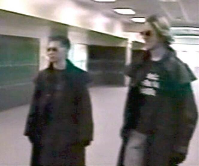 Trench Coat Mafia: Dette bildet av Harris og Klebold fem måneder før skoleskytingen, viser dem iført frakker. En av mytene var at de var medlemmer av gruppen the Trench Coat Mafia. Foto: NTB Scanpix