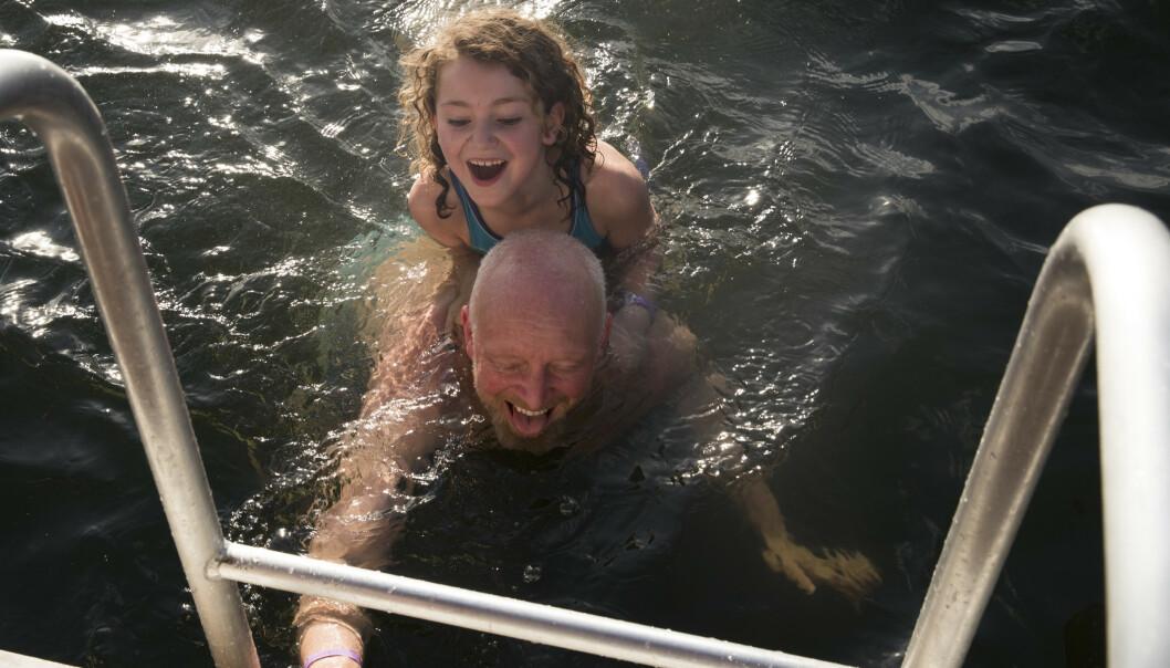 Henning Svendsen og Tirill Wakim Svendsen på 7 år tar seg et bad påskeaften Sørenga badstu og helårsbadeanstalt påskeaften. Foto: Terje Bendiksby / NTB scanpix