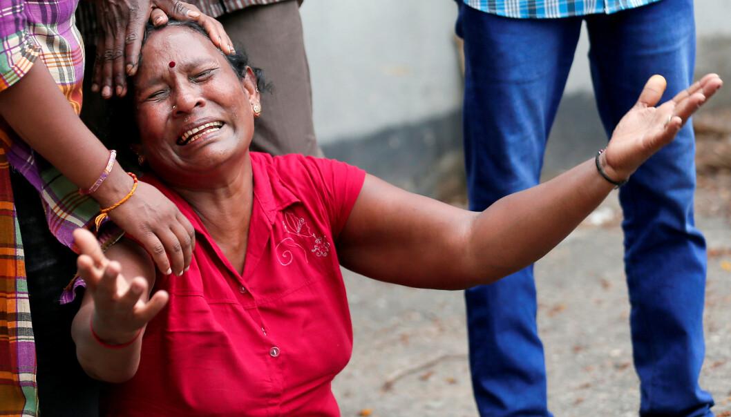 SØRGER: En slektning av en av ofrene for en av eksplosjonene på Sri Lanka April. Foto: REUTERS/Dinuka Liyanawatte