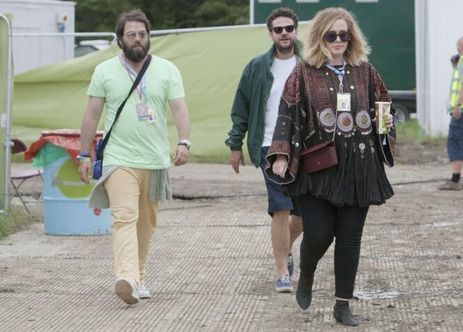 KAN KOSTE STJERNEN DYRT: Skilsmissen fra ektemannen Simon kan koste Adele halve formuen, ettersom de angivelig ikke skal ha inngått særeie. Her er de avbildet under Glastonbury-festivalen i 2015. Foto: Splash News/ NTB Scanpix