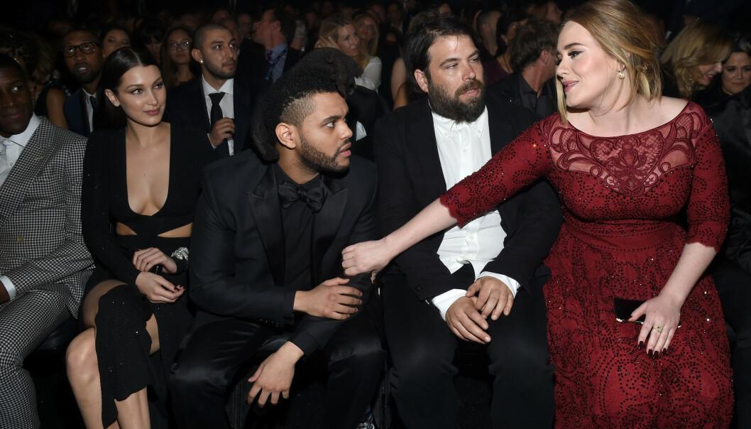 PÅ PRISUTDELING: Her er Adele avbildet med Bella Hadid, The Weeknd og ektemannen Simon Konecki under Grammy-utdelingen i 2016. Foto: NTB Scanpix