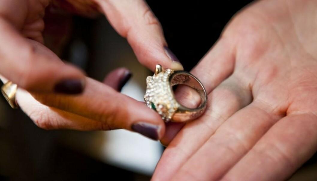 KAN UNNGÅS: Et strøk med neglelakk, litt hårspray eller vaselin er lurt på billige smykker. Foto: KK