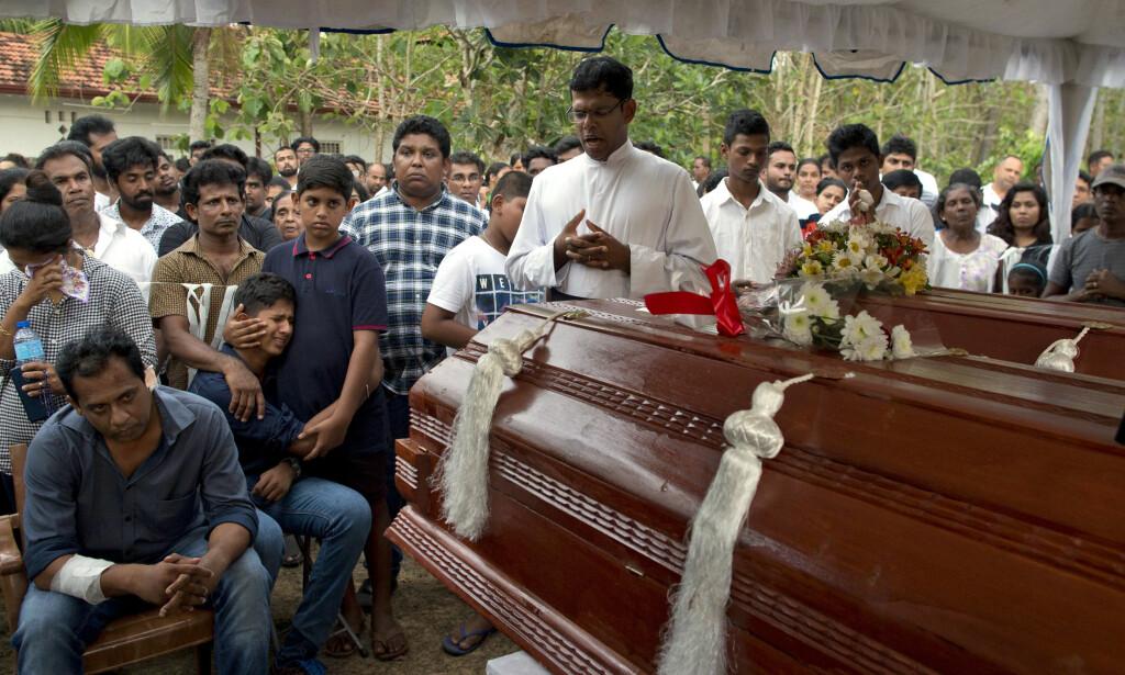 Dimitra Silva (nummer fire fra venstre, kledd i blått) mistet sin 13 år gamle bror og besteforeldrene sine bombeangrepet mot kirken i Negombo. Foto: Gemunu Amarasinghe / AP / NTB scanpix