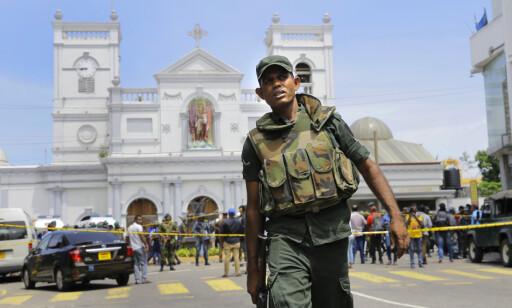 En soldat holder vakt utenfor en av kirkene som ble rammet av søndagens terrorangrep. Ved midnatt natt til mandag ble det innført unntakstilstand, og militæret er gitt utvidede fullmakter. Foto: Eranga Jayawardena / AP / NTB scanpix