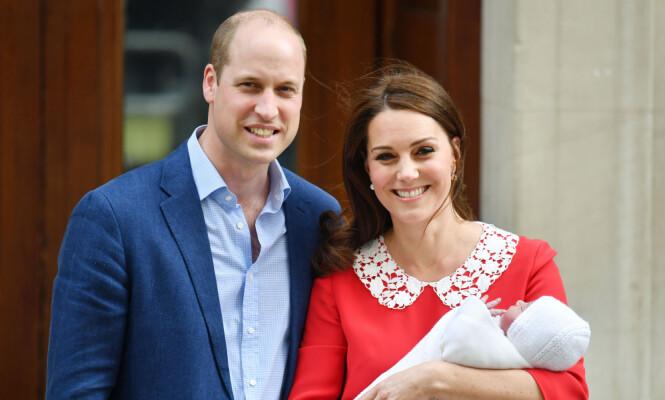 <strong>TREBARNSFORELDRE:</strong> Kate og William viste stolt frem prins Louis etter fødselen. Foto: NTB Scanpix