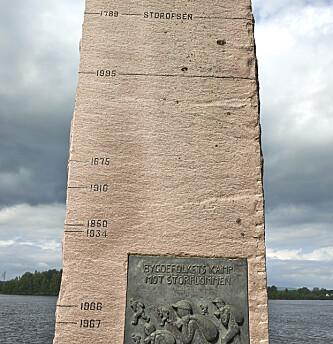 <strong>REKORDENE:</strong> Flommerke ved Glomma. Øverst er vannstanden for Storofsen i 1789 merket av, under er merkestreken for Vesleofsen i 1995. FOTO: Myhr, Steinar /NTB Scanpix.