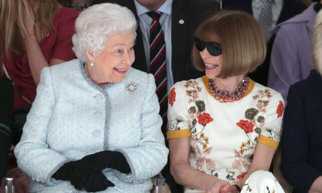 RESPEKTLØST: Flere reagerte da Anna Wintour beholdt solbrillene på i selskap med dronning Elizabeth i fjor. Foto: NTB Scanpix