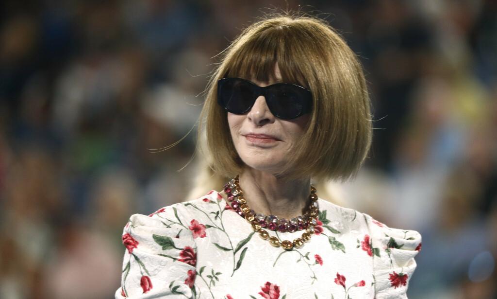BRILLEFIN: Anna Wintour er sjelden å se uten sine karakteristiske solbriller. Her er Vogue-redaktøren avbildet under tennisturneringen Australian Open i januar. Foto: NTB Scanpix