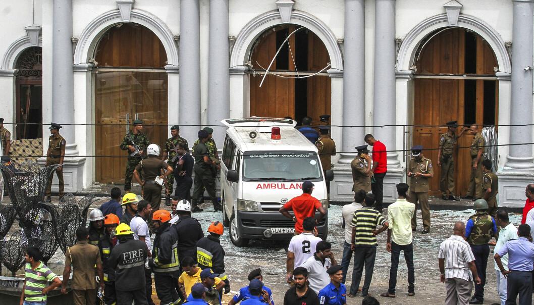 Srilankiske sikkerhetsstyrker holder vakt ved en av kirkene som ble rammet av søndagens terrorangrep. Foto: AP / NTB scanpix