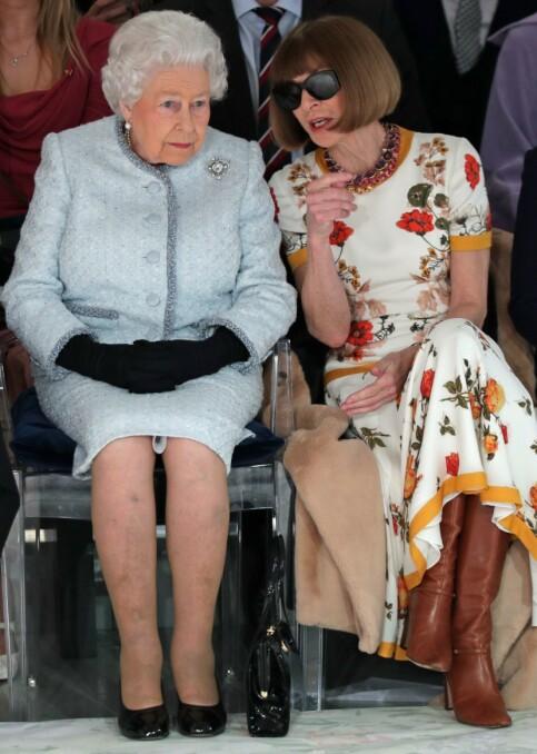 FØRSTE RAD: Etikette-eksperten William Hanson påpekte at selv om solbrillene er Wintours varemerke, burde hun ha tatt dem av for dronningen. Foto: NTB Scanpix