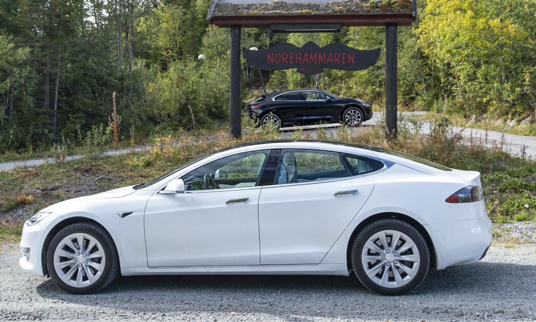 <strong>TESLA MED LENGRE REKKEVIDDE:</strong> Tesla Model S Long Range kan med sine 610 kilometer rekkevidde (WLTP) stille seg i forgrunnen for Jaguar I-Pace, som kun rekker 470 kilometer, ifølge WLTP. Foto: Jamieson Pothecary