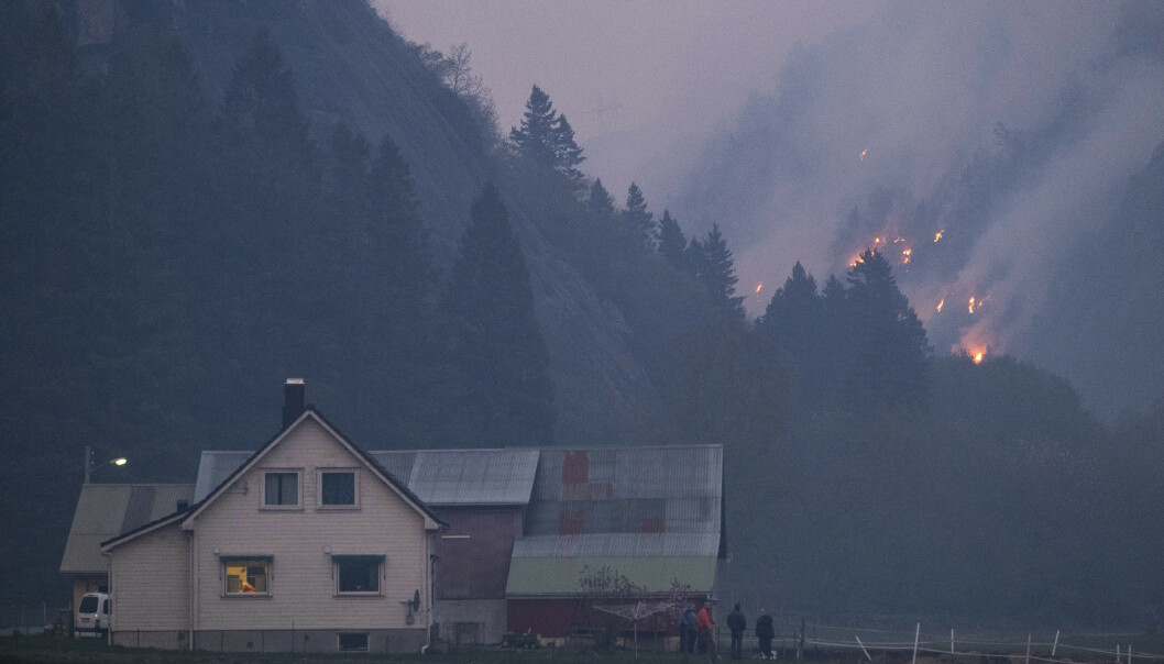 <strong>SOKNDAL:</strong> Tirsdag kveld fortsetter brannen i Sokndal i Rogaland å spre seg, og flere har blitt evakuert fra husene sine i området. Bildet er fra Åmot i Sokndal kommune. Foto: Tor Erik Schrøder/NTB Scanpix.