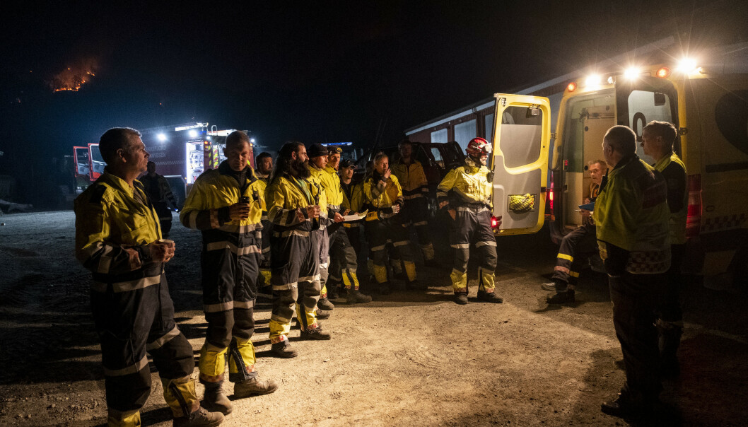 <strong>BRANNSLUKKING:</strong> Det brenner tirsdag kveld i fjellene ved Sokndal. Store styrker med hjelpemannskap, brann og politi samlert seg utover kvelden og natten. Foto: Tor Erik Schrøder/NTB Scanpix.