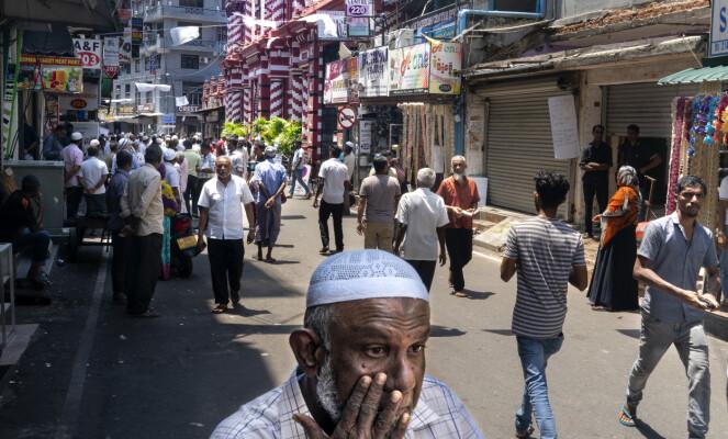 TRYKKET STEMNING: Det er en trykket stemning i 2nd Cross Street, hvor Den røde moské og en stor mengde småbutikker har adresse. Foto: John Terje Pedersen / Dagbladet