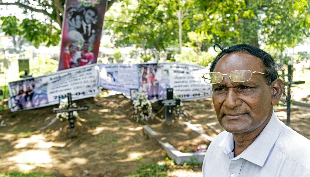 OPTIMISTISK: På tross av at en hel småbarnsfamilie ligger begravd i bakgrunnen, tror ikke kirkegårdsstyrer F.B. Fernando (69) at Sri Lanka vil bli destabilisert etter terroren. Foto: John Terje Pedersen / Dagbladet