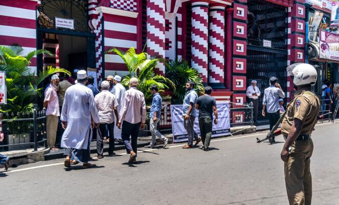 POLITINÆRVÆR: Væpnet politi er synlig til stede utenfor Den røde moské mens menighetsmedlemmene ankommer til bønn. Foto: John Terje Pedersen / Dagbladet