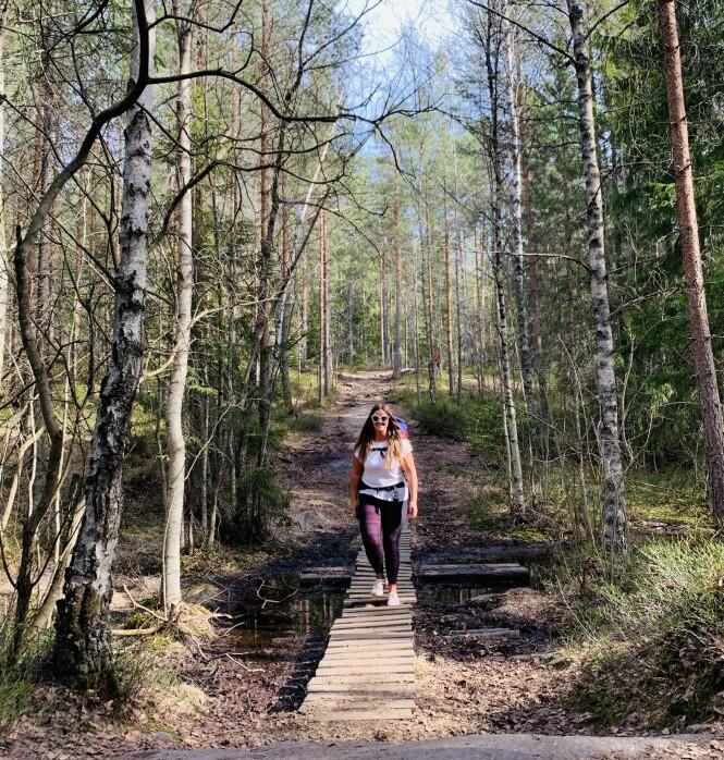 SKOGENS RO: Det å ferdes ute i naturen gjør uten tvil noe med sinnet. Her er KK-journalist Malini Gaare Bjørnstad på tur i Østmarka i Oslo. FOTO: Privat